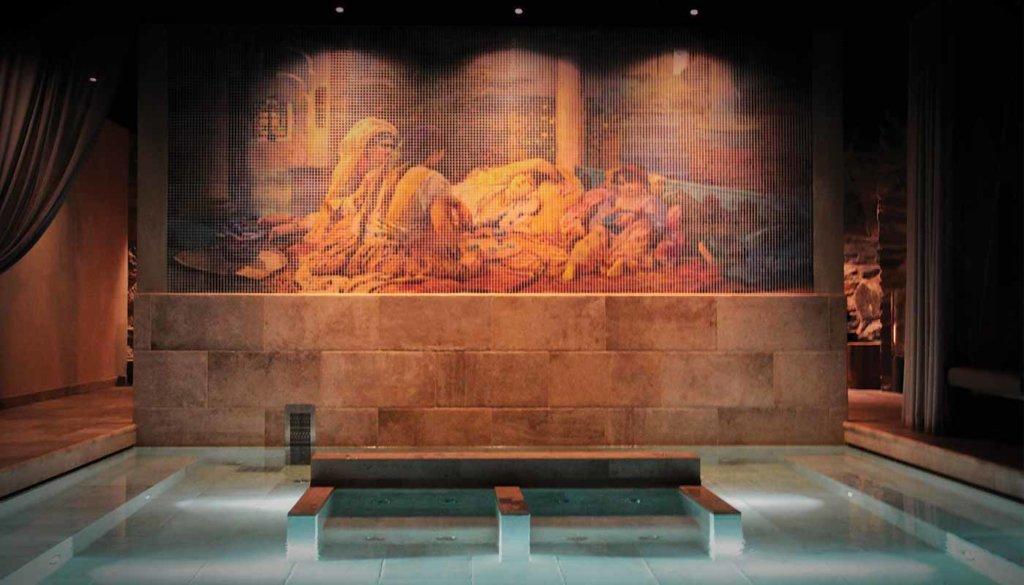 Das Hagabad Drottningtorget –  Ein beruhigendes Spa mit schöner Mosaik, das vom Künstler Peter Apelgren designt wurde.